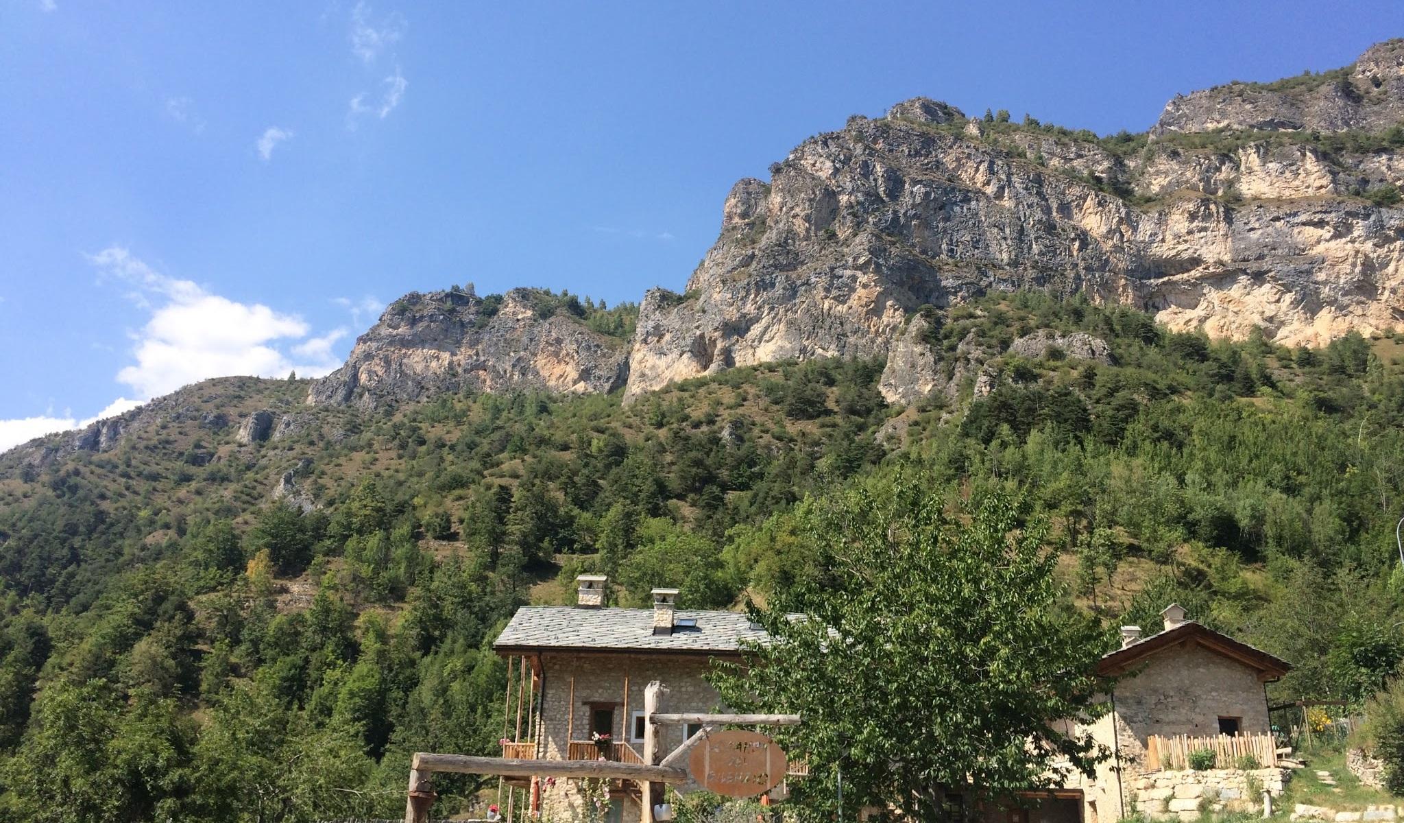 L'ingresso della locanda, con le montagne a fare da cornice